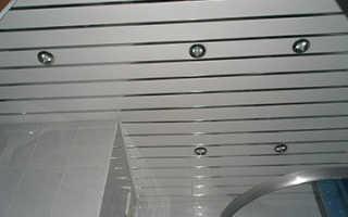 Монтаж реечного потолка в ванной комнате своими руками