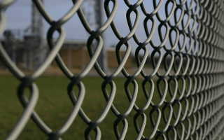 Как затянуть цепной забор – правильный монтаж проволочной конструкции